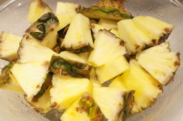 パイナップルの皮近くの黒いところは食べられる?黒い粒は何?剥き方や食べごろの見分け方・保存法も